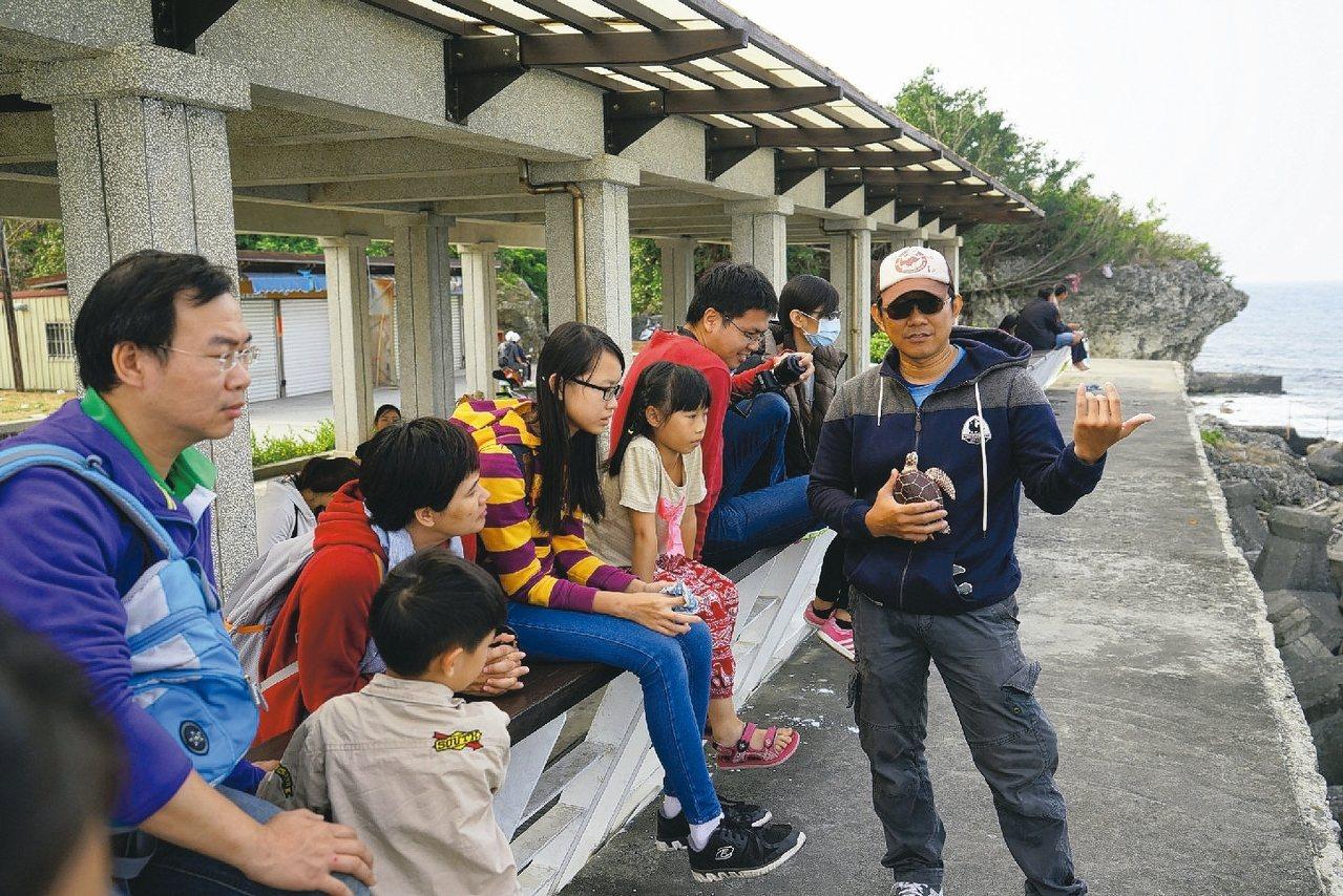 透過導覽解說,旅客更能知道小琉球的生態環境。 圖/蔡正男提供