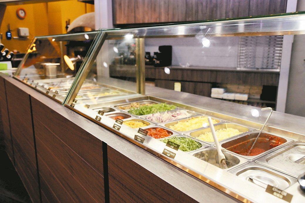 「自己搞」特色披薩,提供近30種節氣蔬食和新鮮肉品,讓客人自由配料,送進烤箱3分...