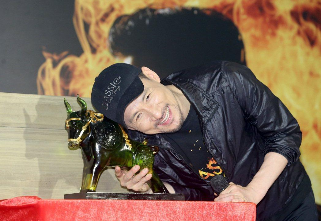 「歌神」張學友19日晚間唱完在台北小巨蛋的第六場演唱會,他在慶功記者會上收到琉璃...