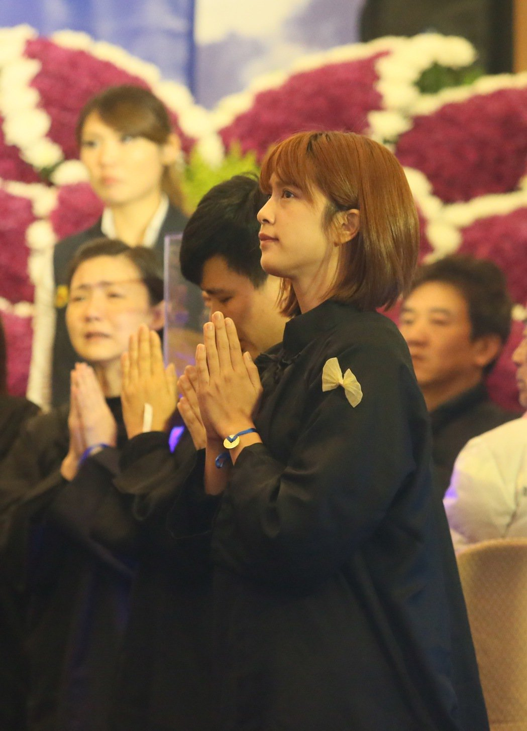 資深藝人高鳴日前癌逝,20日在基隆舉行告別式,同是藝人的孫女劉奕兒(中)哀傷的送...