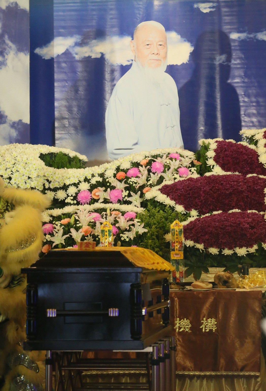 資深藝人高鳴日前癌逝,20日在基隆舉行告別式,不少演藝圈的朋友前來為他送終。記者...