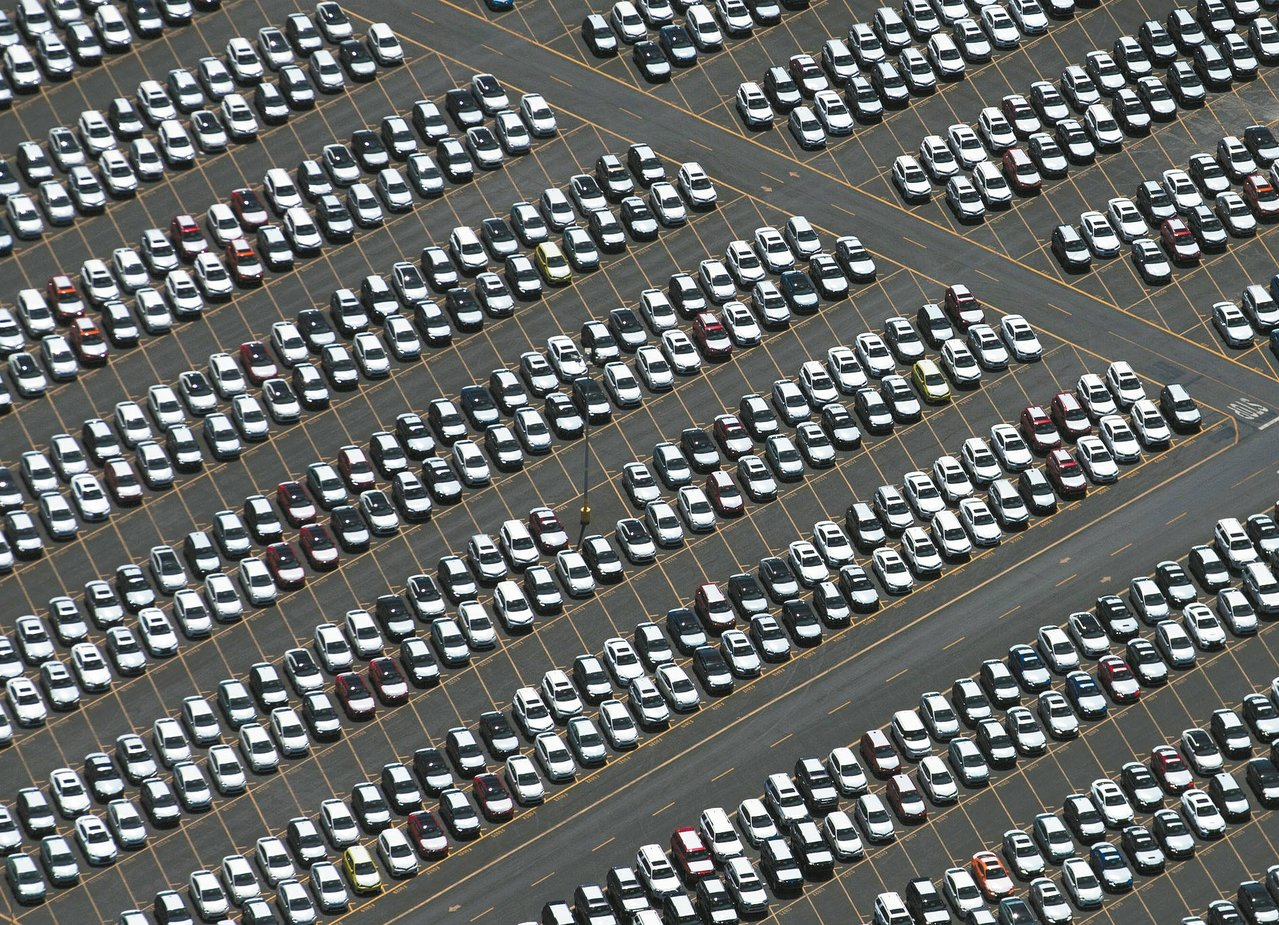 圖為加州長灘港一批剛運抵的汽車。 路透