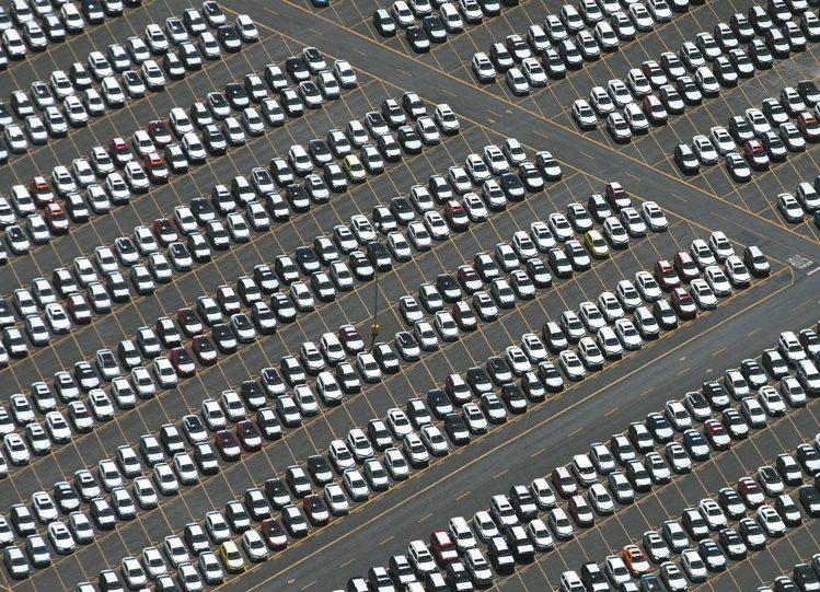 图为加州长滩港一批刚运抵的汽车。 路透