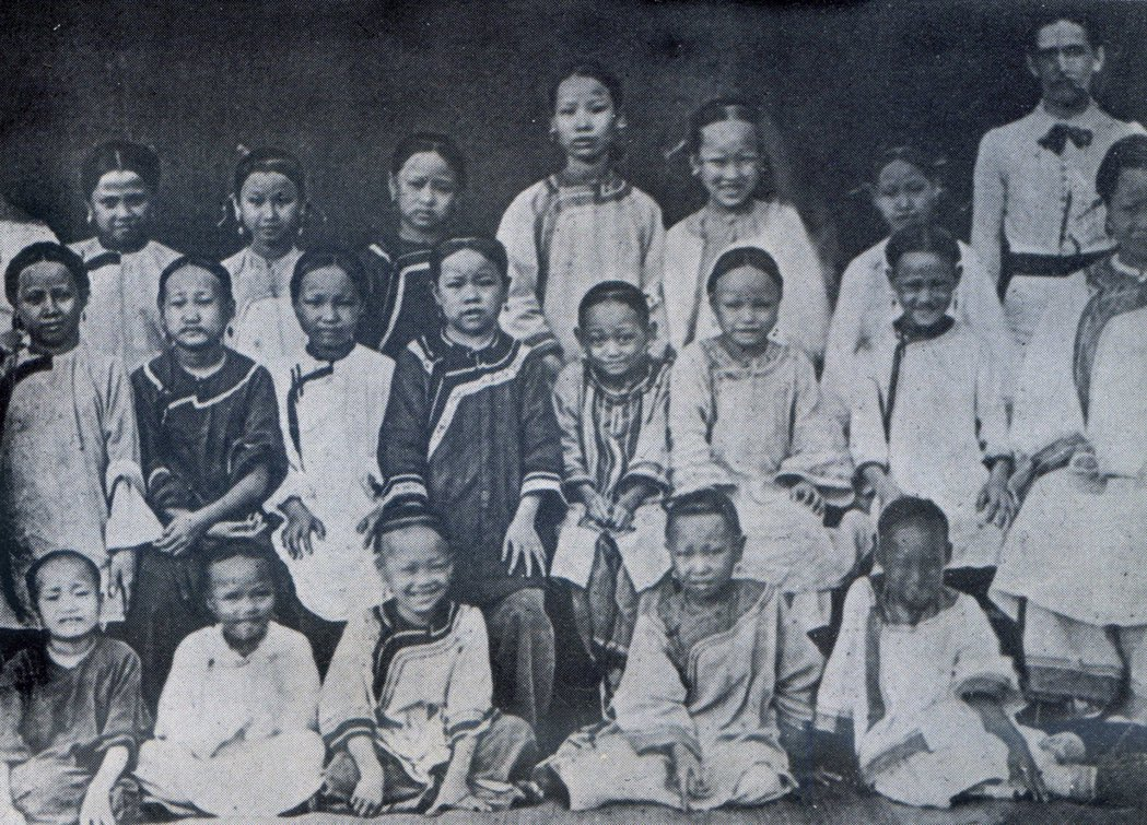 1887年新樓長老教女學校第一屆入學生(長榮女中郭俊仁牧師提供)。