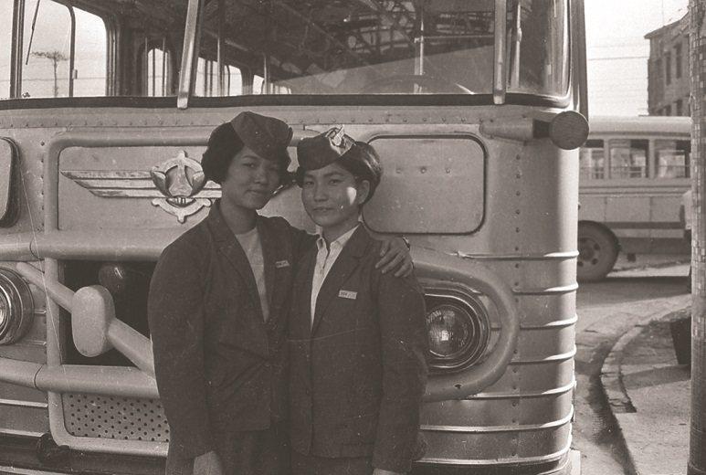 1930年代臺灣已出現車掌小姐,戰後,在公路局所經營的短程普通車或直達車上,都有...