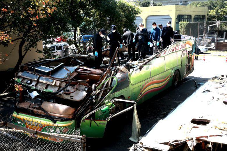 此次國道事故多數看法認為,台灣的遊覽車都是拼裝車,才會在撞擊之後發生車頂與車身分離的狀況,如果是國外原裝車,就不會發生這樣的情況。實情真是如此? 圖/聯合報系資料照