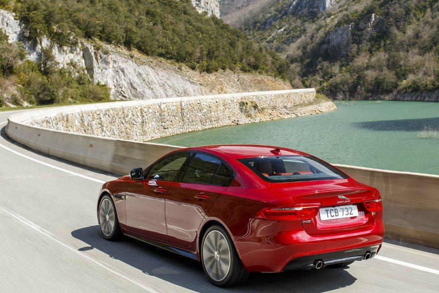 目前外界預估 XE SVR 售價將從 $80,000美元起跳,折合台幣約 246.4 萬起。圖為 2018 Jaguar XE 車型。 摘自 Jaguar