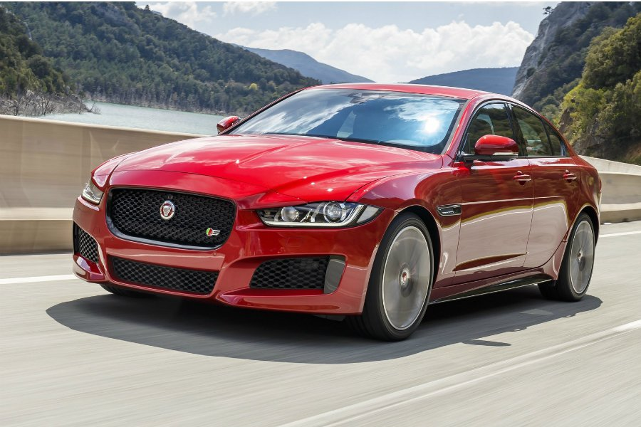 有鑑於先前 F-Type SVR 與 Range Rover SVR 的成功案例,近日傳出 Jaguar 也打算推出性能更為強悍的 XE SVR 車型!圖為 2018 Jaguar XE 車型。 摘自 Jaguar