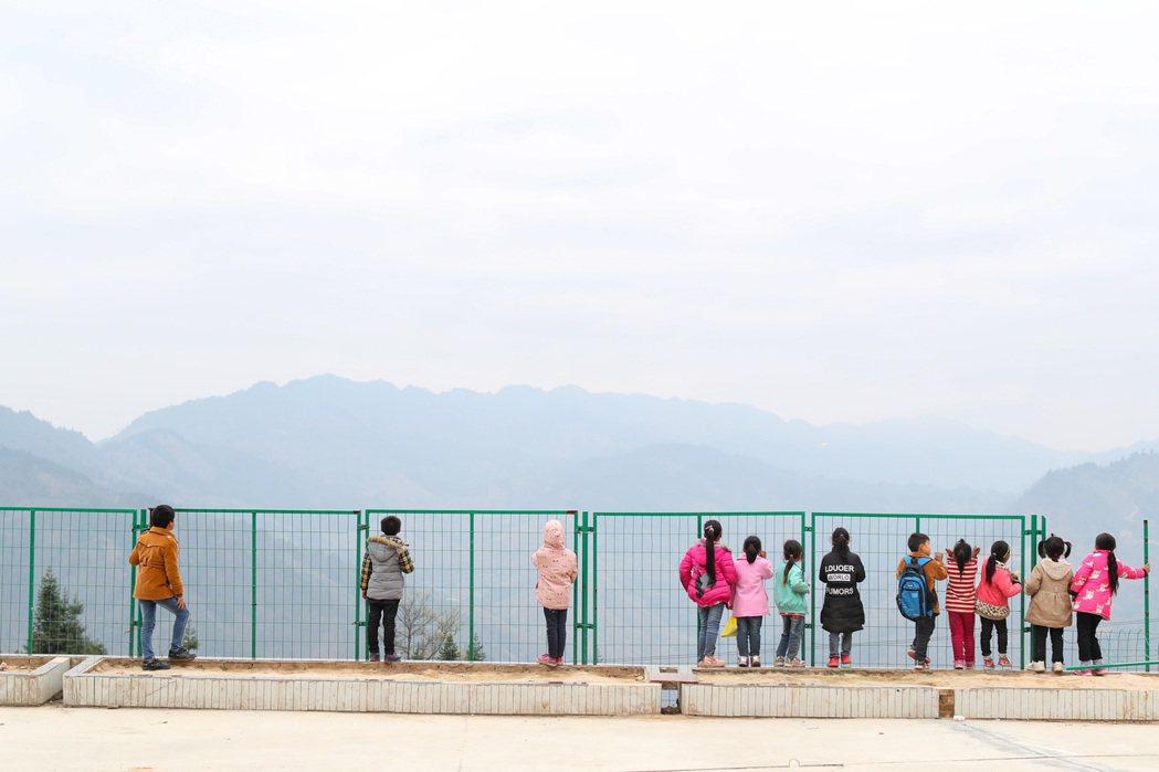 高扒小學學生在課間眺望遠山。中新社