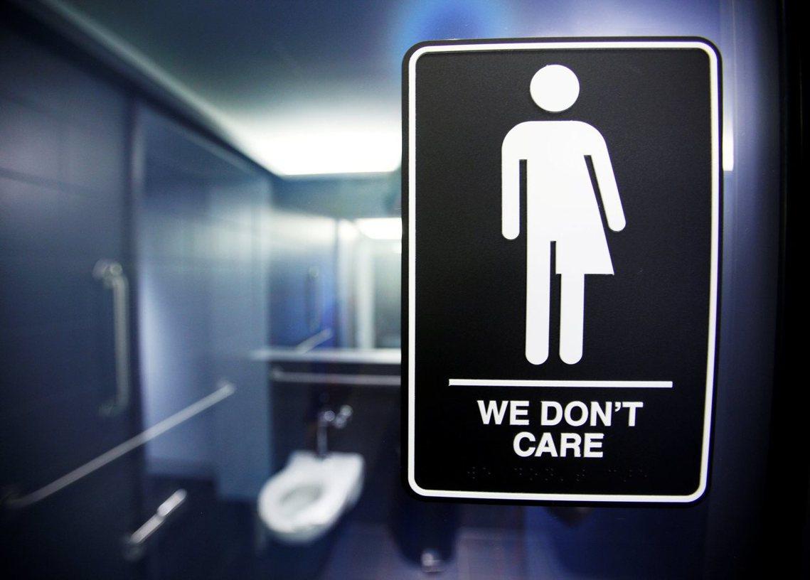 川普撤銷了公立學校性別友善廁所的指令,原本要求各地方學校為跨性別學生提供安全、友...