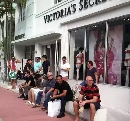 維秘旗艦店開張,性感時尚除了吸引女孩們,還有宅男在維秘店「門口蹲」的奇特景象,將...
