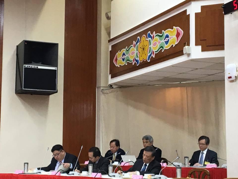 立法院今天舉行考試院副院長被提名人李逸洋人事同意權公聽會,全教產總公會理事長黃耀...