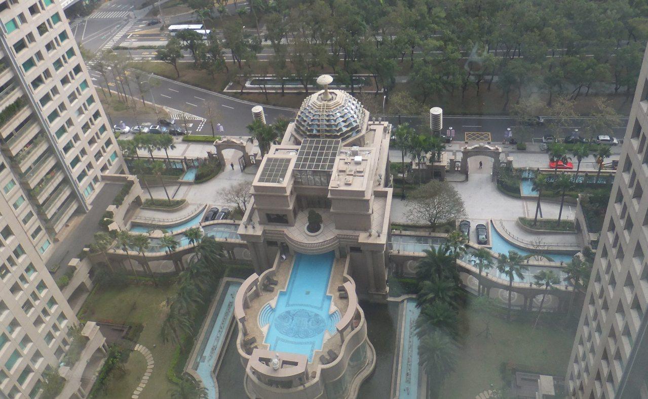 帝寶中庭。 記者游智文/攝影