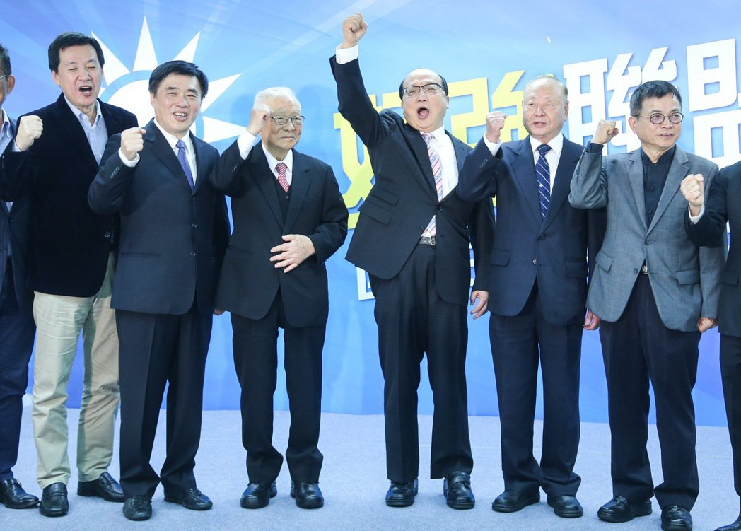 國民黨副主席郝龍斌(左二)今天舉行競選黨主席辦公室成立茶會,會後與擔任競選辦公室...