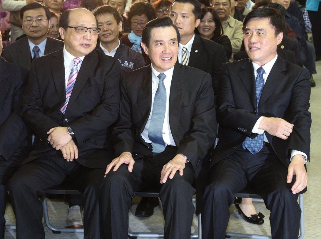 國民黨副主席郝龍斌(右)今天舉行競選黨主席辦公室成立茶會,前總統馬英九(中)受邀...