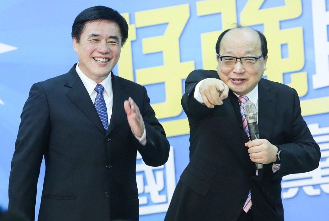 國民黨副主席郝龍斌(左)今天舉行競選黨主席辦公室成立茶會,國民黨副主席胡志強(右...