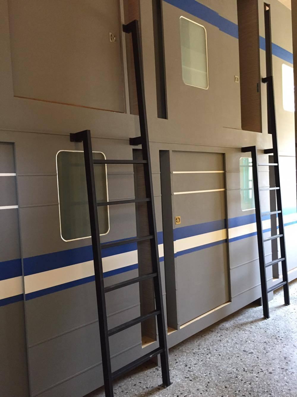 「聽火車」原是提供給員工住宿的「車站宿舍」,張又正將房間打造成車廂,邀請民眾走入...