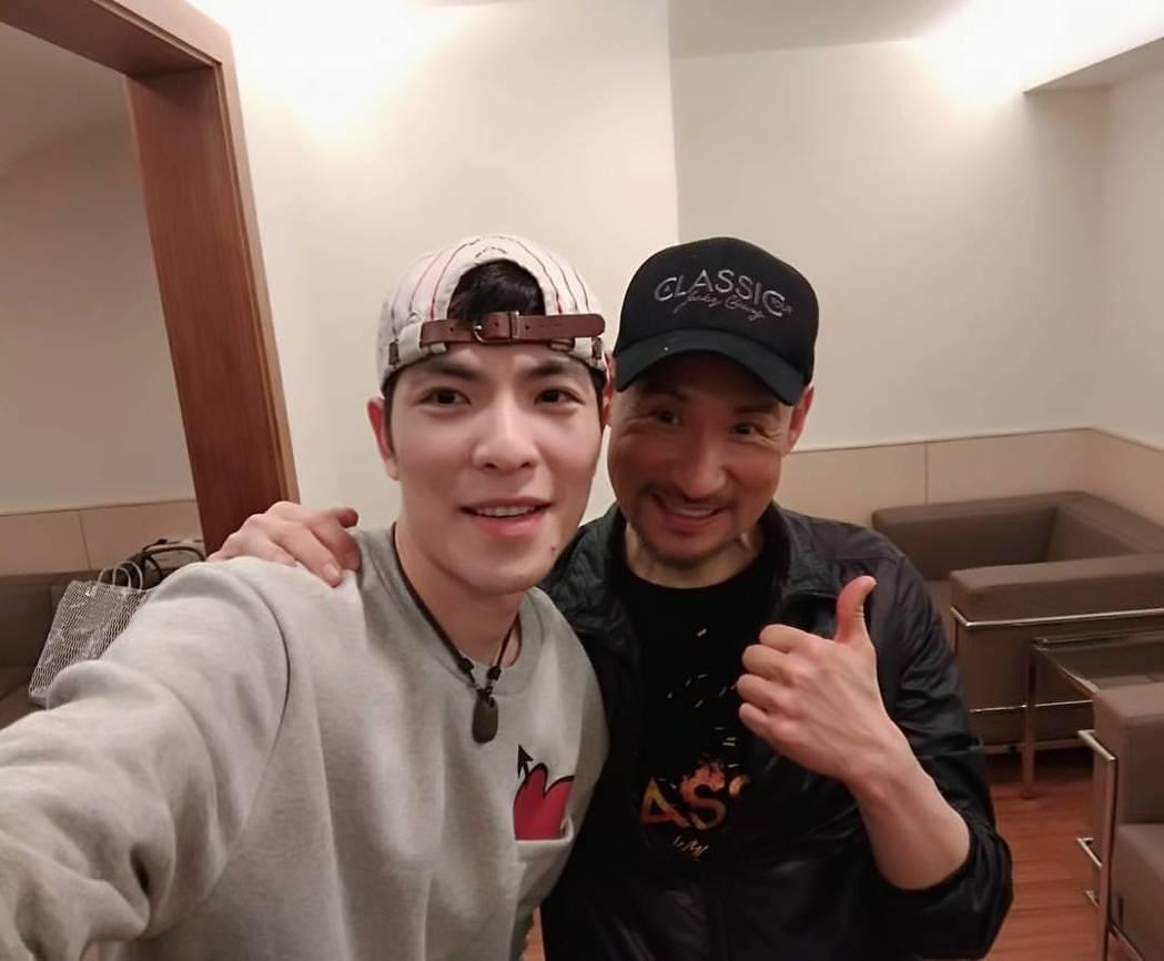 蕭敬騰(右)與張學友合照。圖/摘自臉書