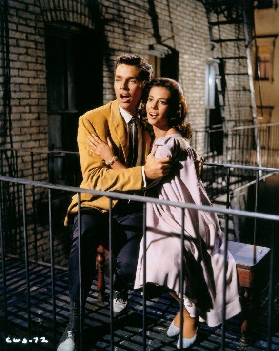 「西城故事」將「羅密歐與茱麗葉 」搬到1960年代的紐約上演。圖/摘自imdb