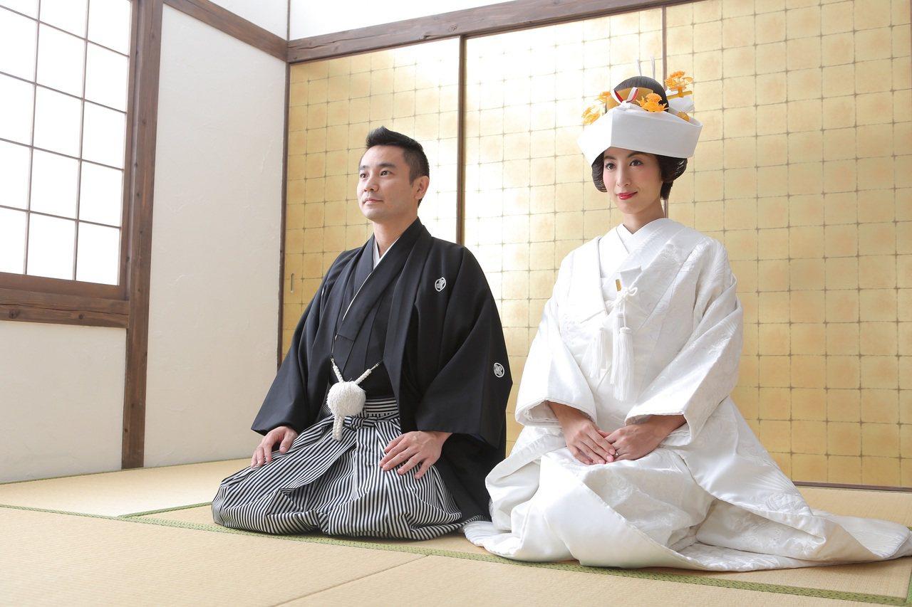 大久保麻梨子(右)與台灣老公穿上日本傳統服飾拍婚紗。圖/鵲兒喜娛樂提供