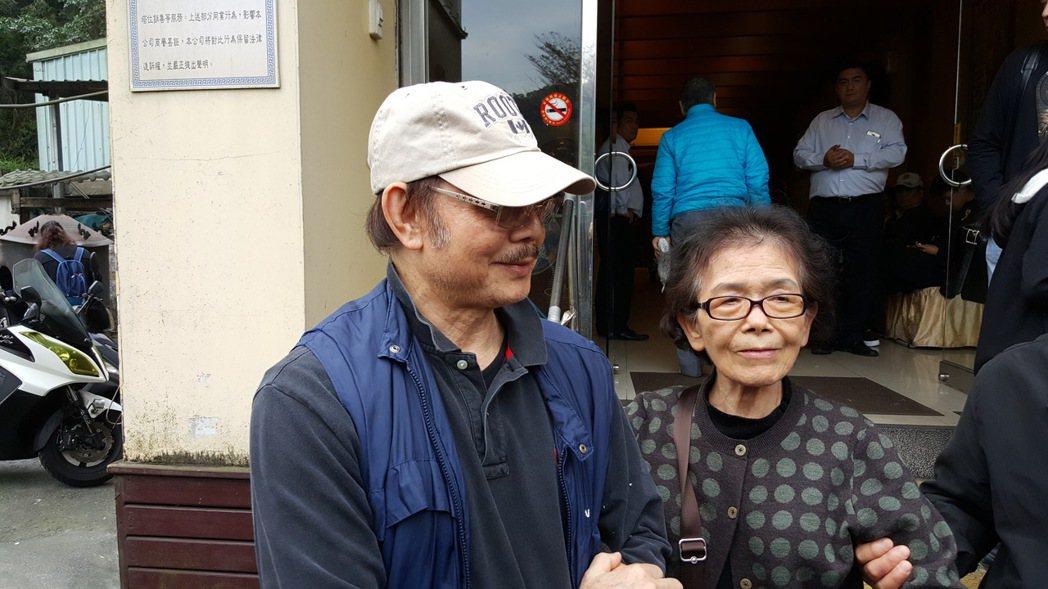 高鳴弟弟劉林(左)及前妻。記者杜沛學/攝影