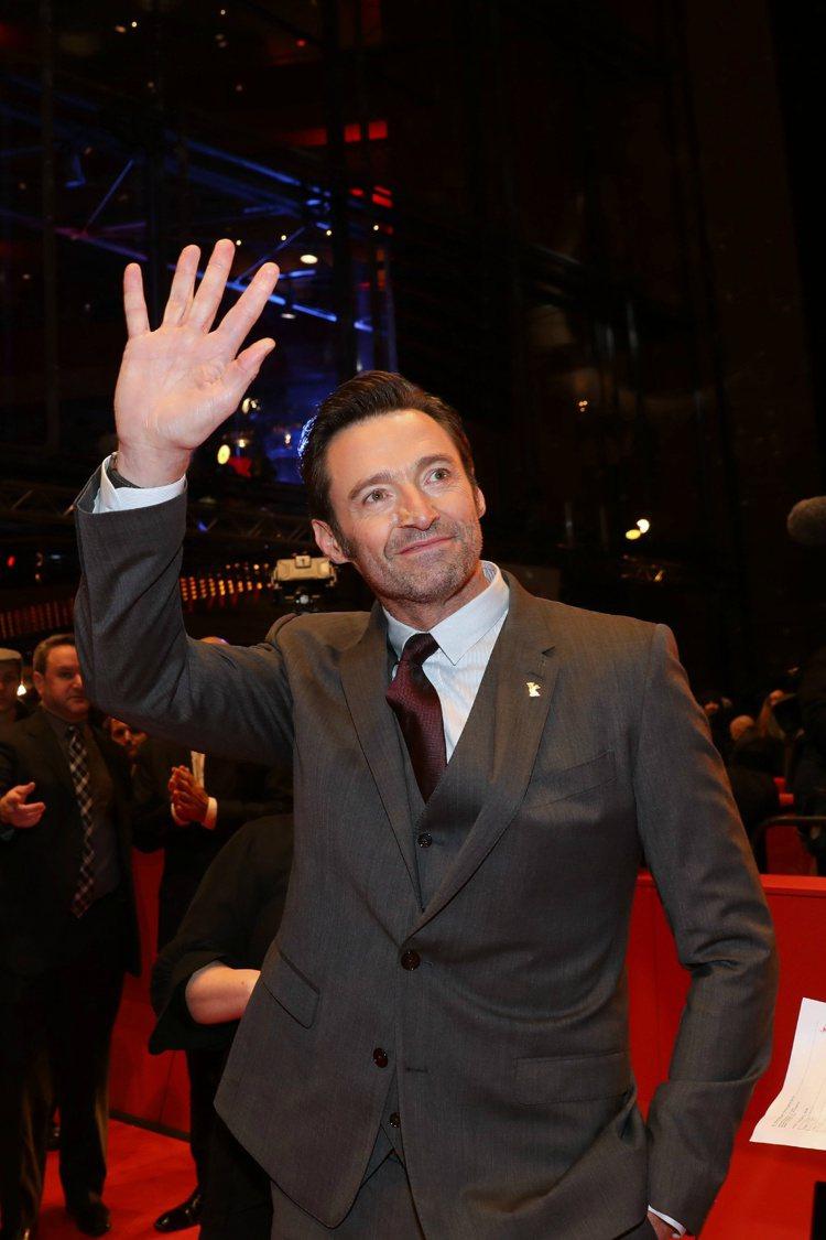 「金鋼狼」休傑克曼身穿合身剪裁的三件式西裝帥氣出席柏林世界首映會。圖/摘自微博