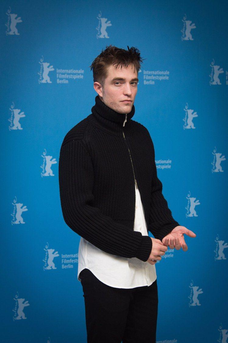 「吸血鬼」羅伯派汀森以Dior Homme黑色羊毛短版拉鏈造型毛衣與白色經典襯衫...