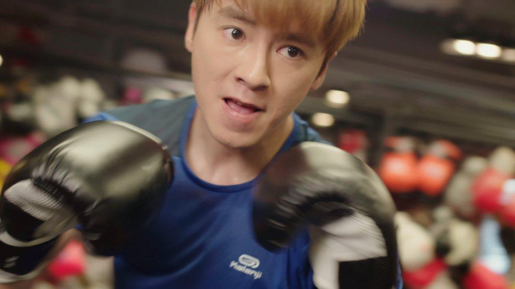 李國毅戲裡靠拳擊發洩怒火。圖/東森提供
