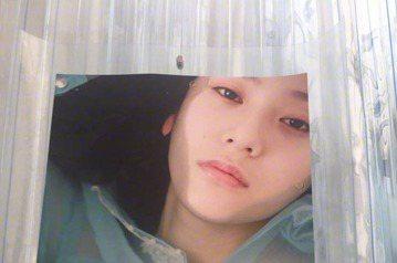 韓國女團f(x)的成員Krystal日前拍攝一連串性感系列寫真,成果公開後令粉絲大吃一驚,因為她脫到只剩內衣,尺度超大堪稱是出道以來最性感的照片。f(x)前成員雪莉退團後,時不時就在社群網站上放上意...