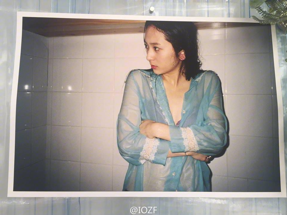 krystal為拍照換上性感內衣。圖/摘自IOZF
