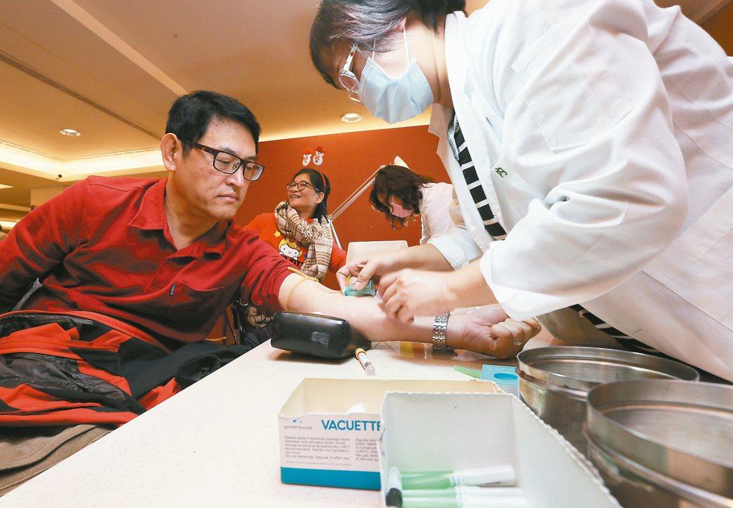 醫院檢驗科由醫事檢驗師替民眾抽血、檢驗等服務。 聯合報資料照片