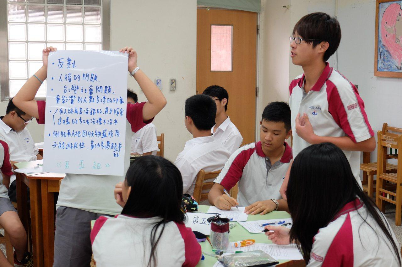VOICE1課程「台北望遠鏡」先透過課程讓學生能對議題有多元思考,再讓學生以分組...