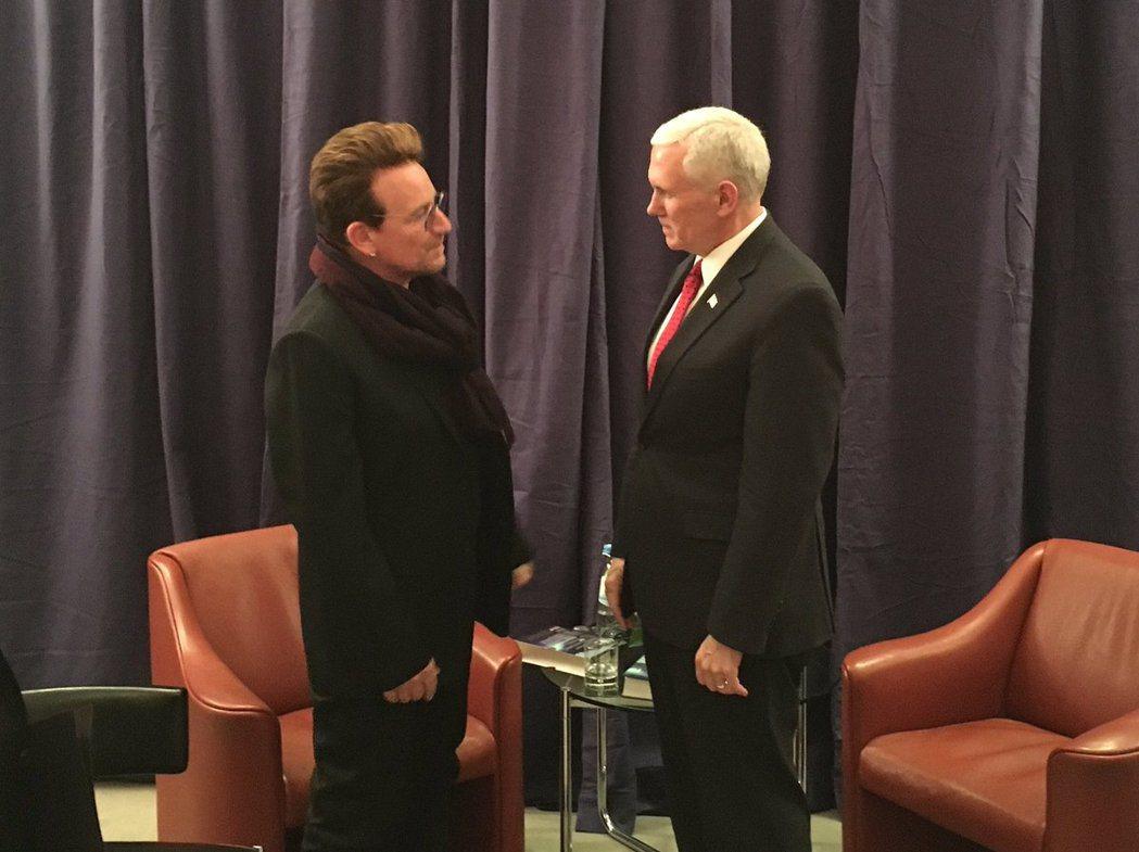 美國副總統彭斯(右)與搖滾樂團U2主唱波諾(左)短暫會晤。 圖/擷自彭斯推特