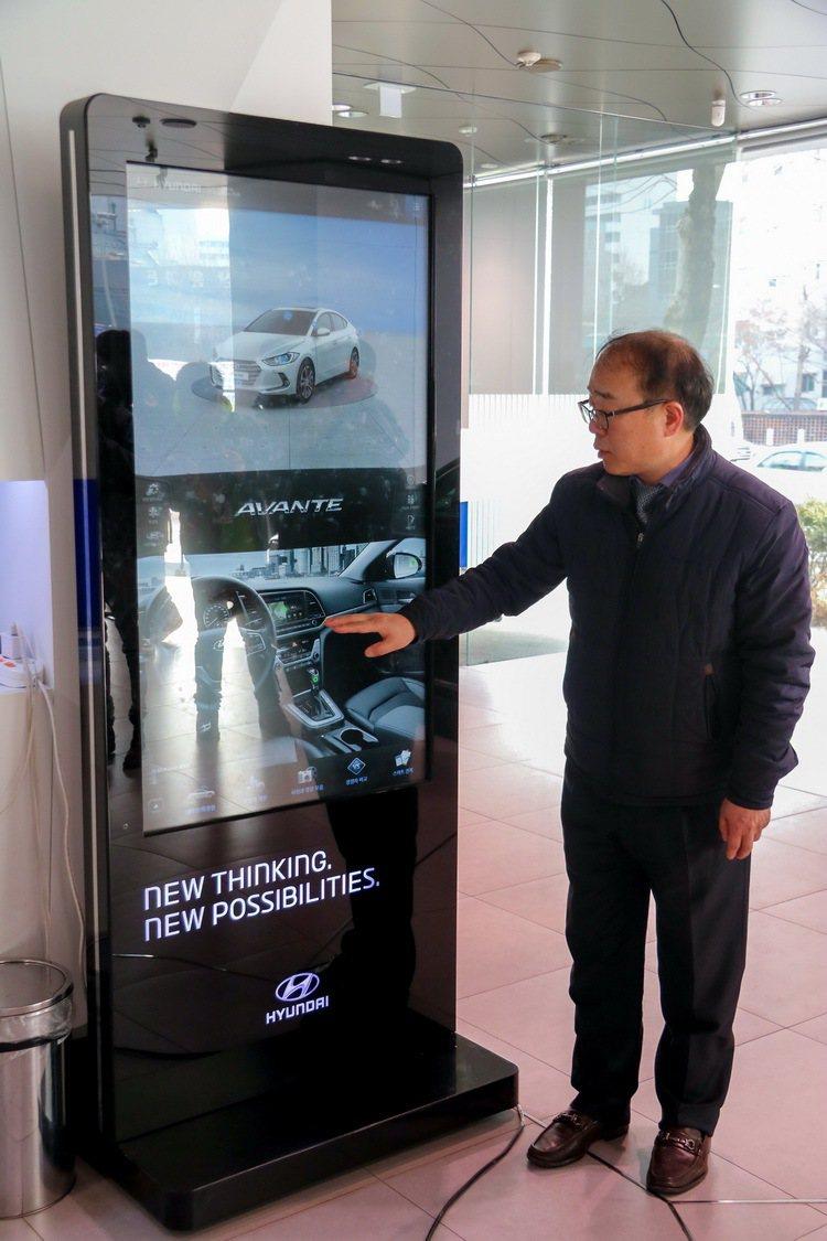 首爾GDSI展間配置大型觸控螢幕供顧客瀏覽資訊。 記者史榮恩/攝影