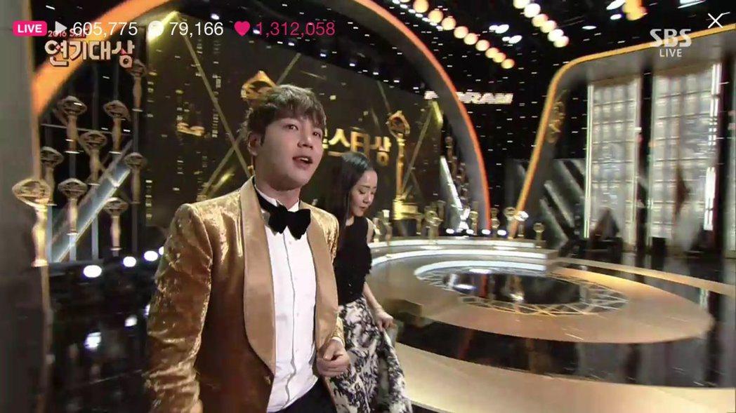 張根碩去年12月擔任「2016 SBS演技大賞」主持人。 圖/擷自韓網。