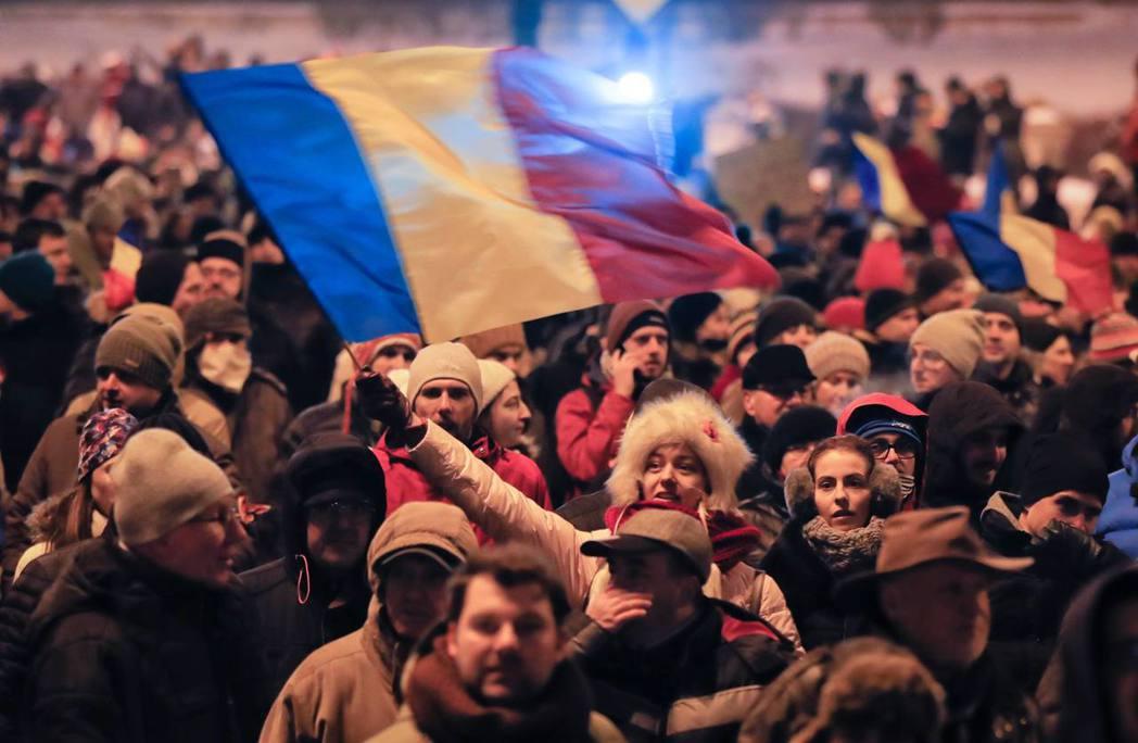 除了血腥清算獨裁者外,羅馬尼亞的民主化工程,在一開始並沒有足夠的反對勢力與公民社...