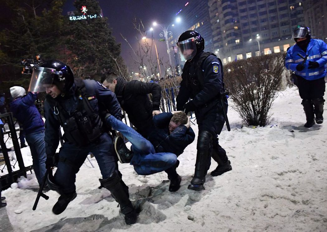 2月2日,首都的反貪腐衝突。 圖/法新社