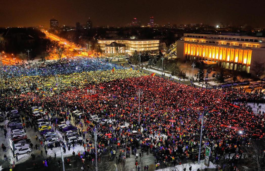 2月12日,首都布加勒斯特,政府大樓外的反貪、反政府示威。 圖/美聯社