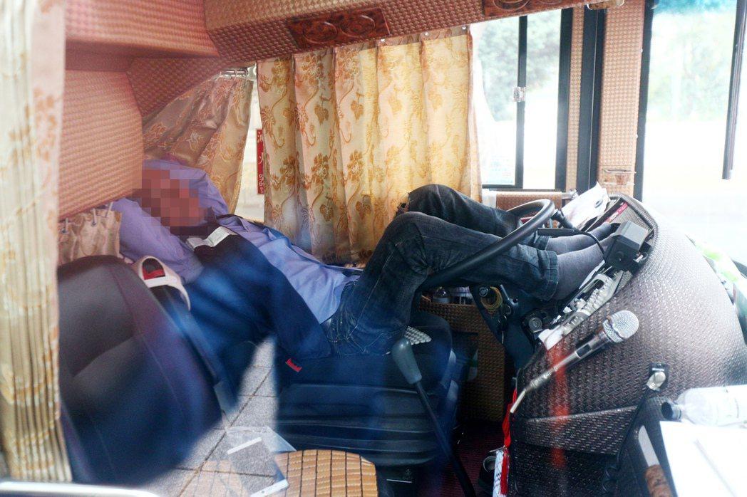 遊覽車司機一般都趁遊客下車觀光時,躺在駕駛座補眠。記者蘇健忠/攝影