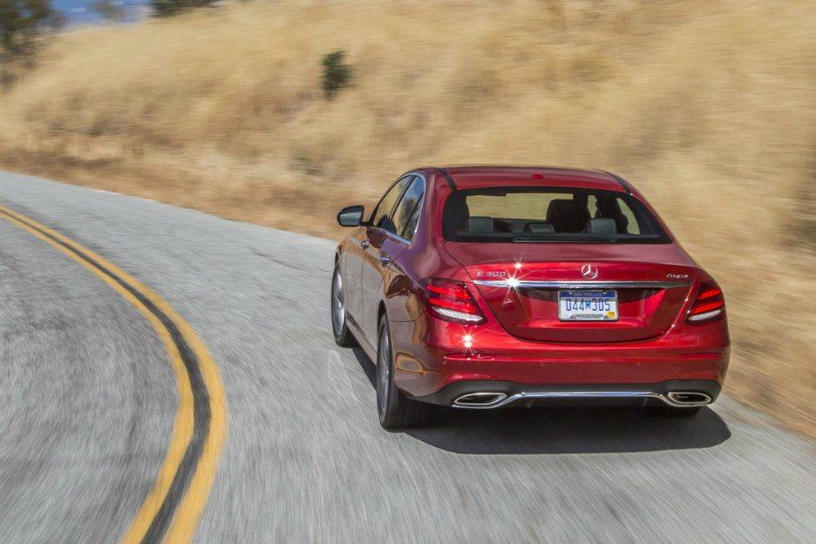 北美賓士將針對 2017 年式 E300 車型進行召修,主因係排檔桿控制模組瑕疵,恐有無法排檔、損壞電路版的疑慮。圖為 2017 Mercedes-Benz E300 4Matic 車型。 摘自 Mercedes-Benz