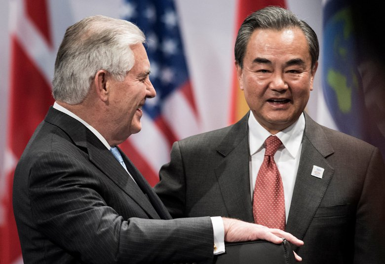 圖左為美國國務卿蒂勒森(Rex Tillerson),右為中國外長王毅。 圖/美...