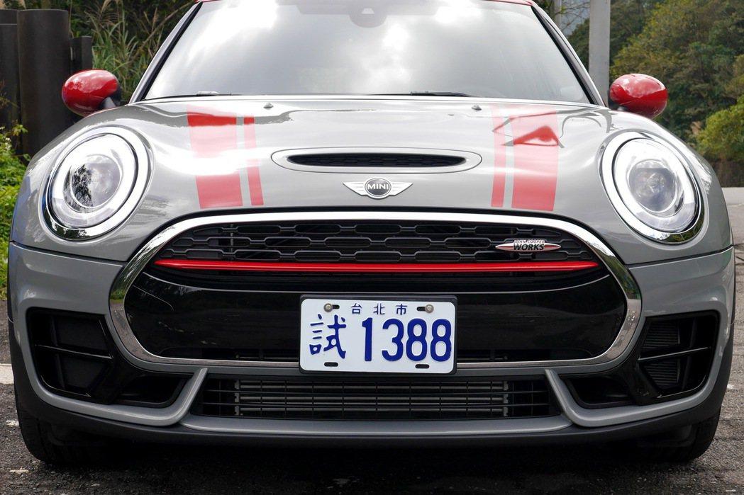 車頭的空力套件為賽車風格定調。 記者陳威任/攝影