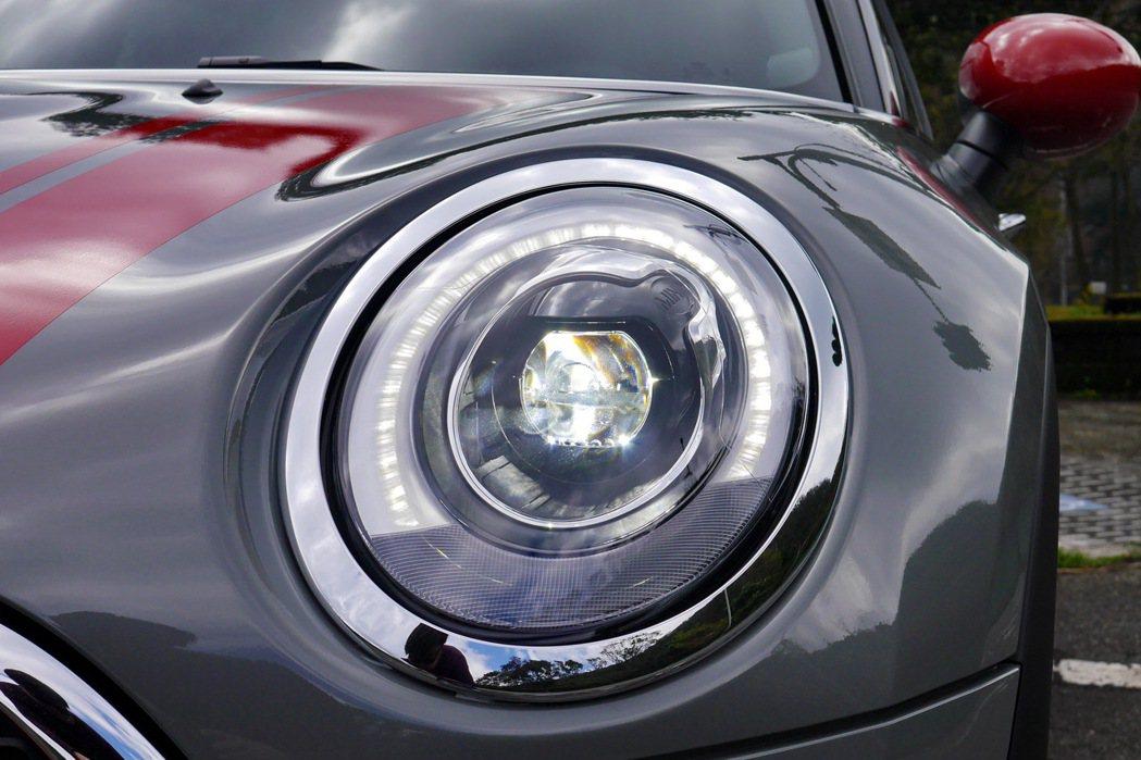 經典大眼造型頭燈設計,並導入LED頭燈及日型燈。 記者陳威任/攝影
