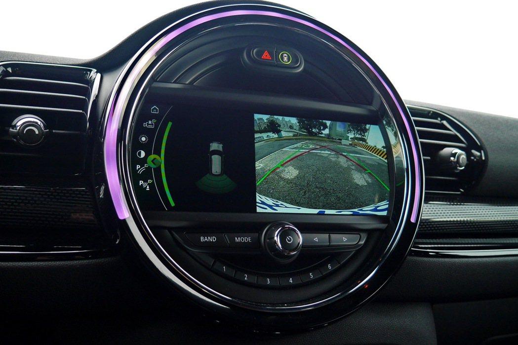 中央液晶螢幕整合了倒車顯影功能。 記者陳威任/攝影