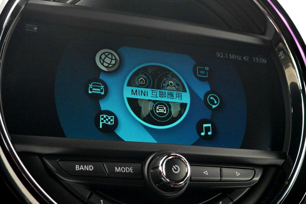 中央液晶螢幕整合了眾多行車功能。 記者陳威任/攝影