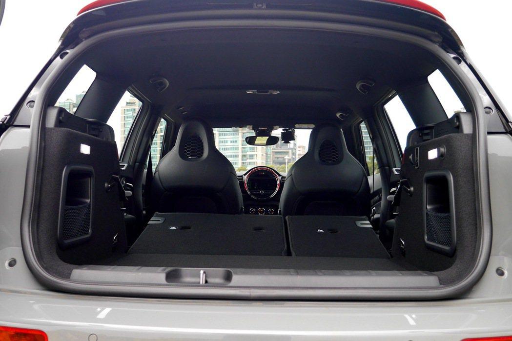 搭配後座椅背可60:40比例放倒的設計,後車廂容量最高可達1250公升。 記者陳...