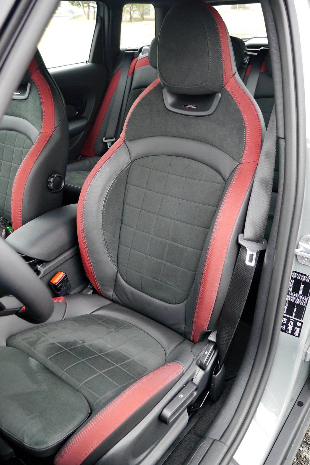 Dinamica搭配真皮材質的雙前座筒型賽車座椅為座艙帶來純正的賽道風範。 記者...