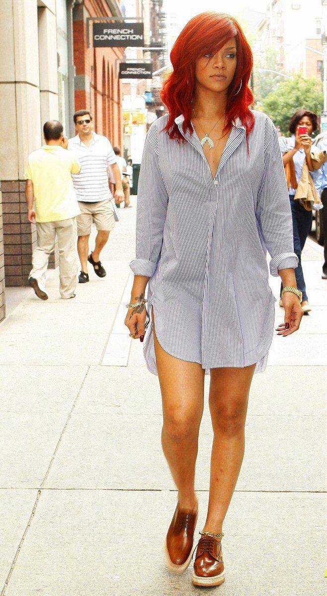 蕾哈娜穿PRADA厚底牛津鞋。