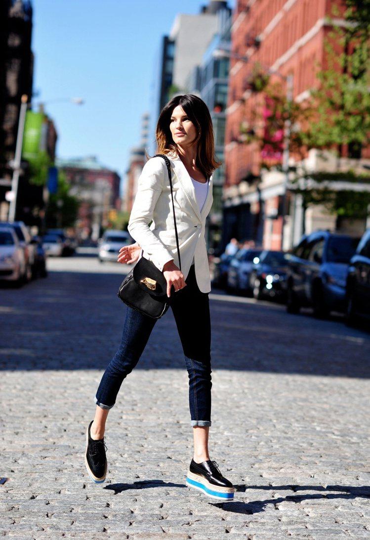 PRADA厚底牛津鞋不僅時髦,又可拉長腿部線條讓比例更完美。圖/PRADA提供
