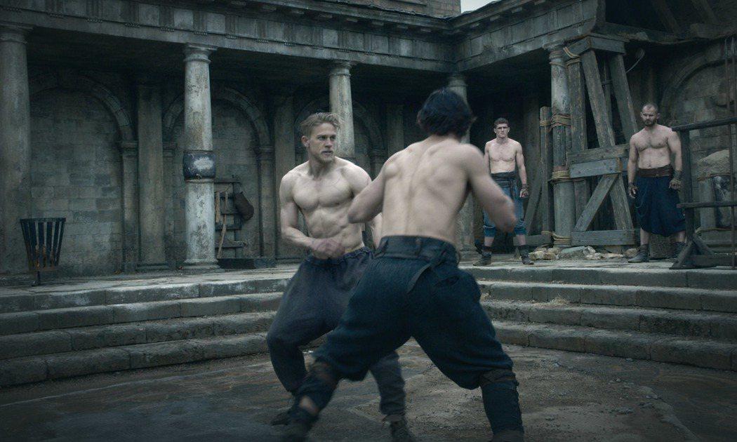 查理漢納演出最新冒險大片「亞瑟:王者之劍」。圖/華納兄弟提供